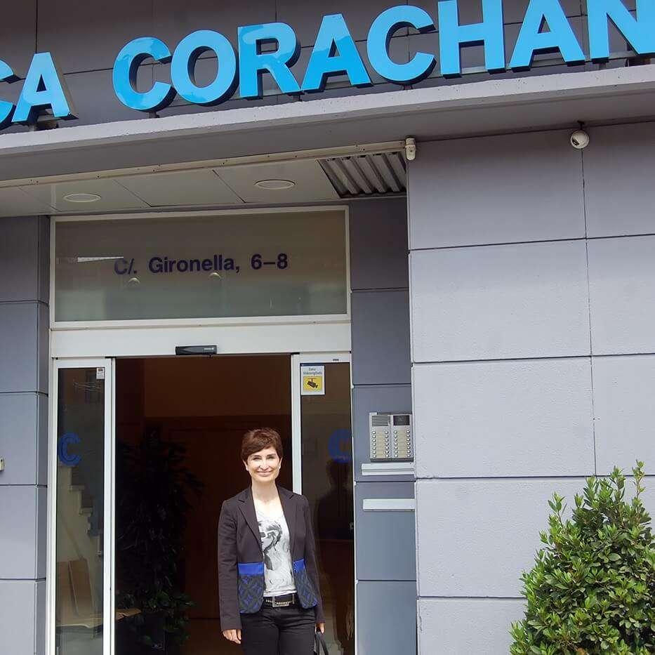 dra salvador en la entrada de clinica corachan 3