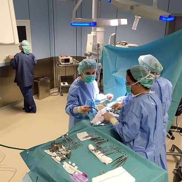 doctora salvador trabajando en clinica corachan